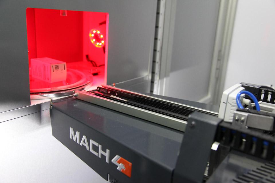 Automatización MACH4 robot para farmacias