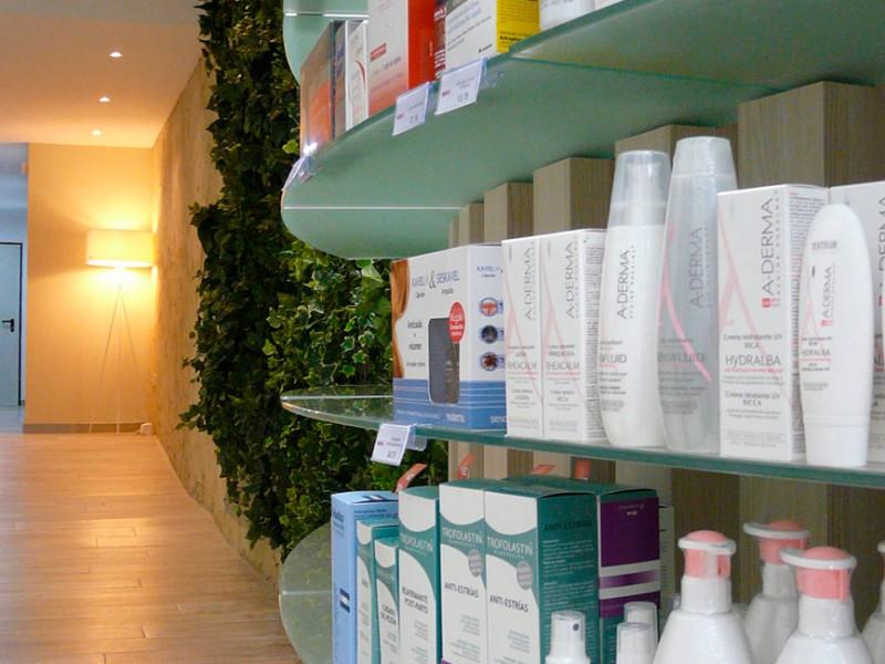 Expositor dentro de farmacia COR mobiliario