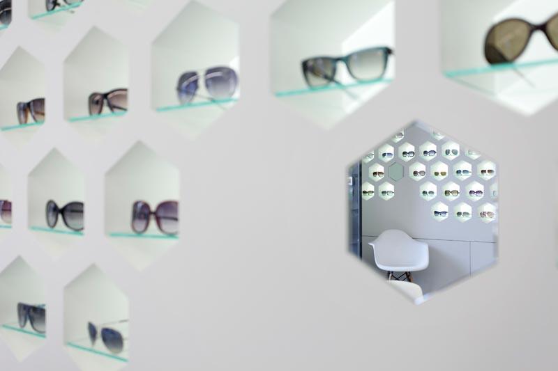 Expositor y espejo para gafas de Óptica Lancis
