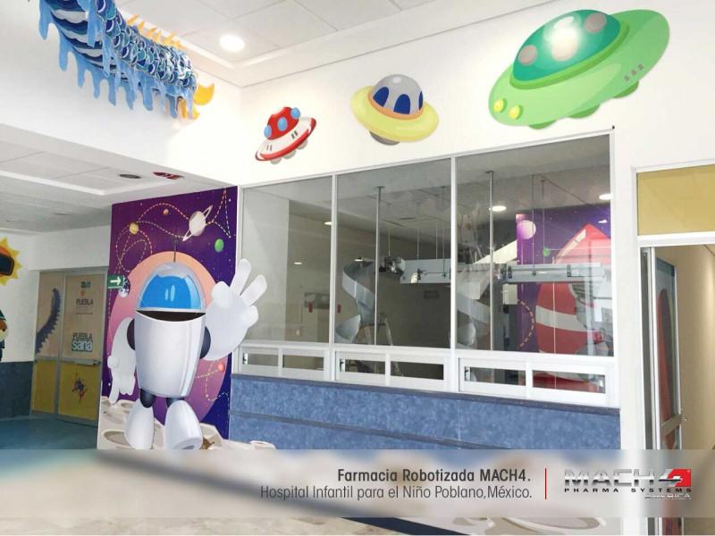 Exterior de la farmacia con Robot MACH4