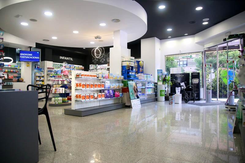 Estanterias y vitrinas de la Farmacia Faba