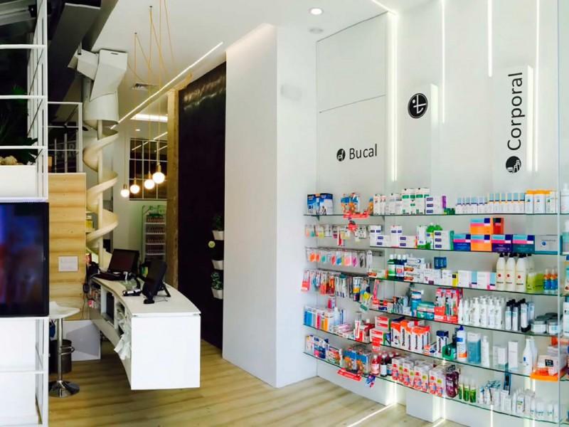 Interior Expositor y mostrador Farmacia Gómez Taylor con mobiliario