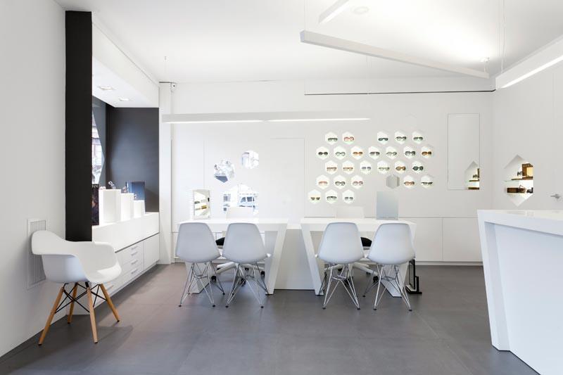 Interior Óptica Lancis con mostrador, expositores y escaparate
