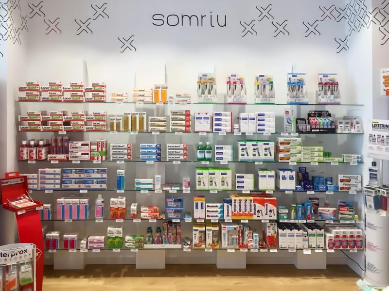 Detalle de una estantería de la Farmacia Femenia